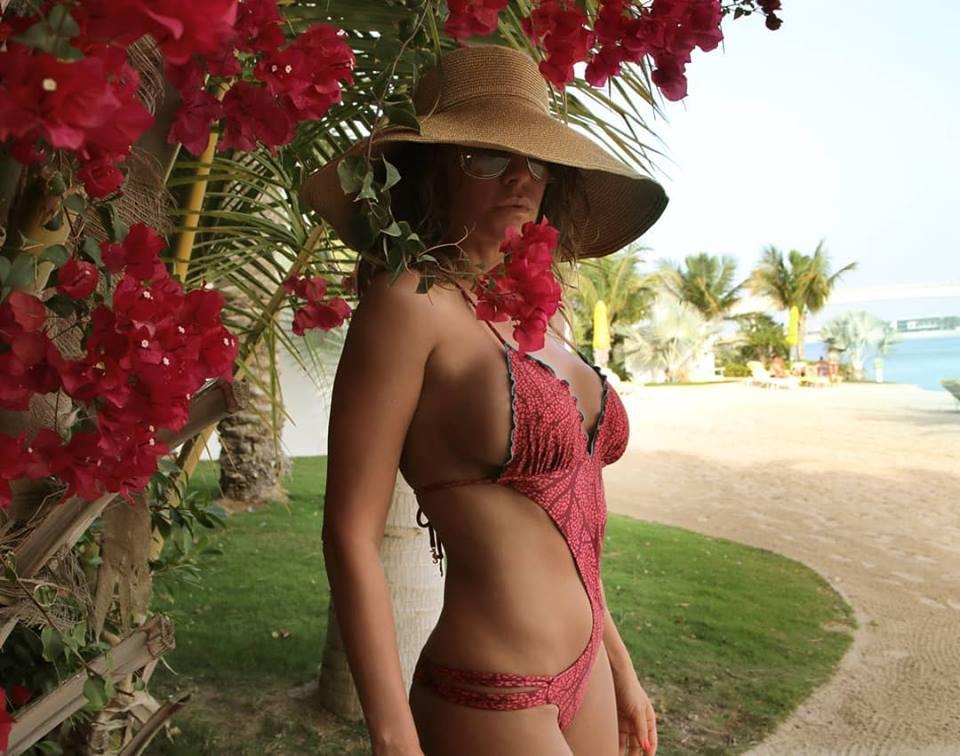 Anna Lesko, incitantă la plajă. Costumul de baie abia o acoperă