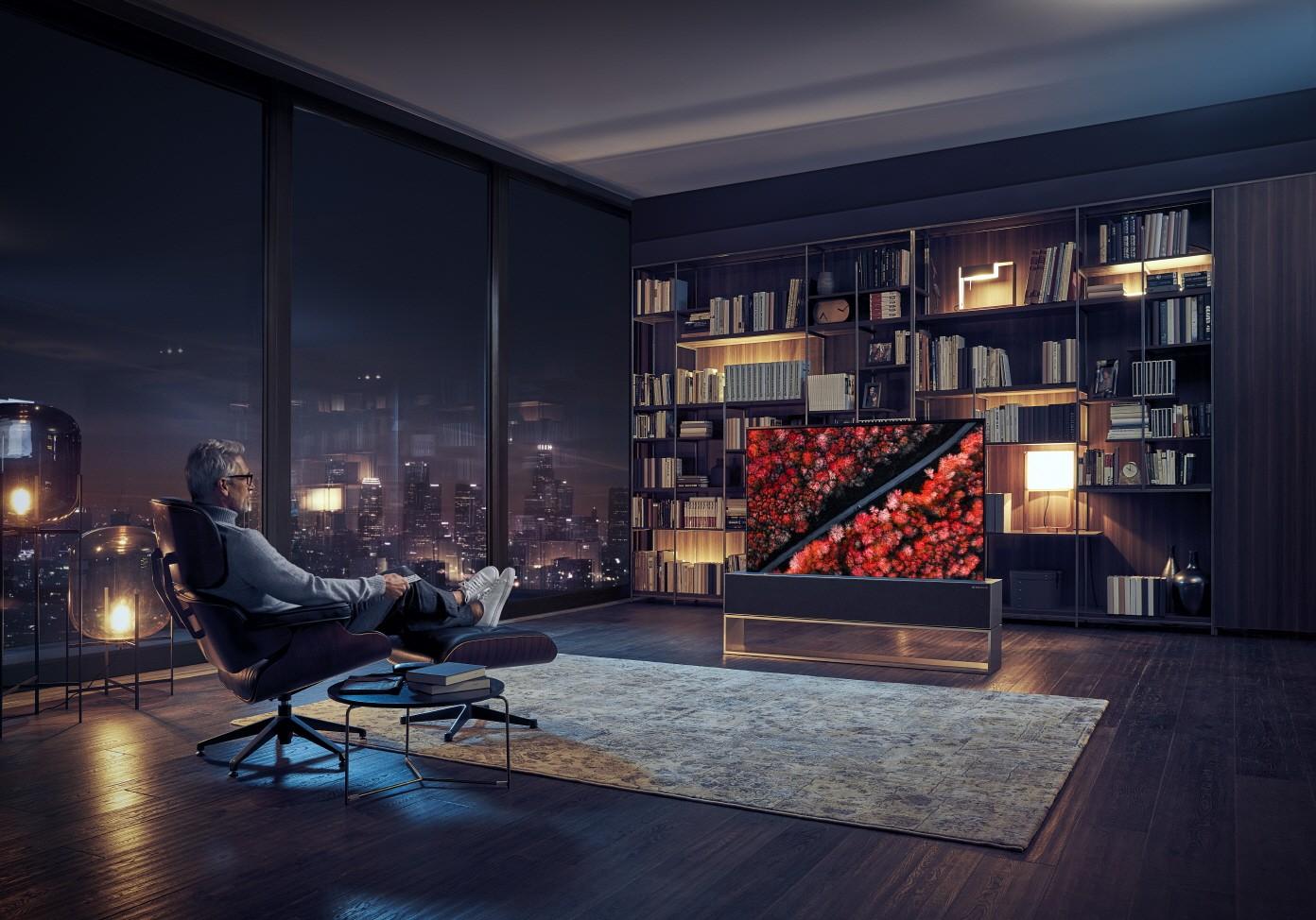 LG OLED TV R, un televizor care se rulează ca un ziar, prezentat la CES 2019