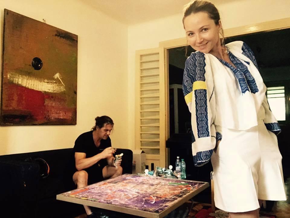 Marian Ionescu a lăsat tablourile și s-a apucat să picteze prin casă! Liderul trupei Direcția 5 vopsește mobilă și balustrade