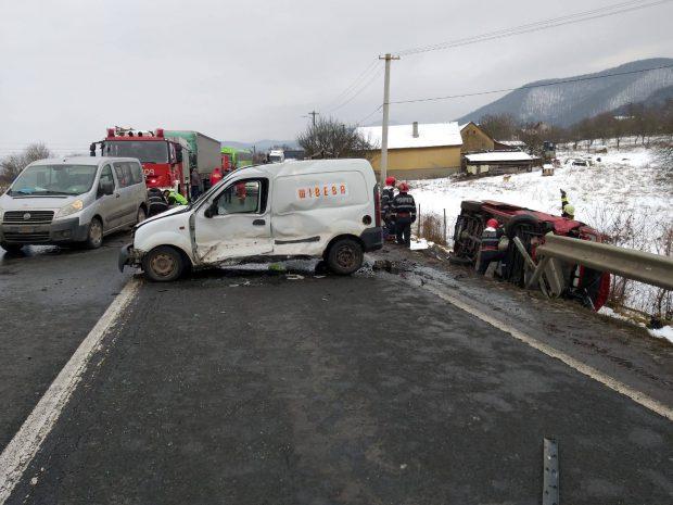Microbuz cu nouă persoane, implicat într-un accident în lanț în comuna Vețel din Hunedoara
