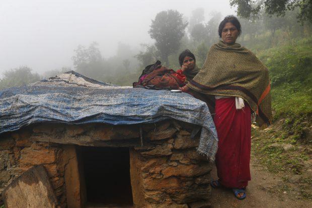 O mamă și cei doi copii ai săi au murit în Nepal după ce au fost forțați să doarmă într-o colibă