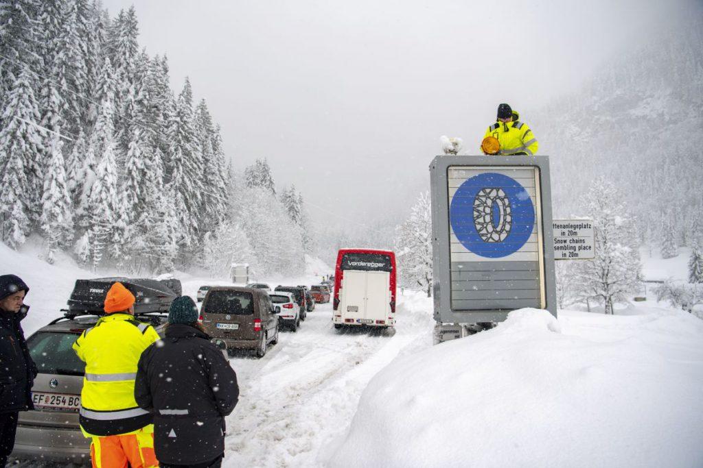 Vreme severă și ninsori abundente în Alpi. Cel puțin șapte persoane au murit și mai multe stațiuni au fost închise, mii de oameni fiind blocați