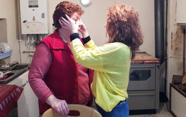 Mama Icoana plânge când o îmbrăţişează pe Mădălina, iar ea îi şterge lacrimile