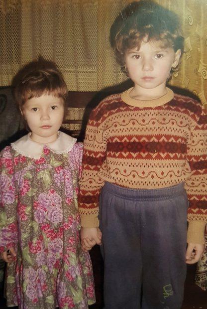 Mădălina (în dreapta), la vârsta de 7 ani, când a ramas orfană de tată