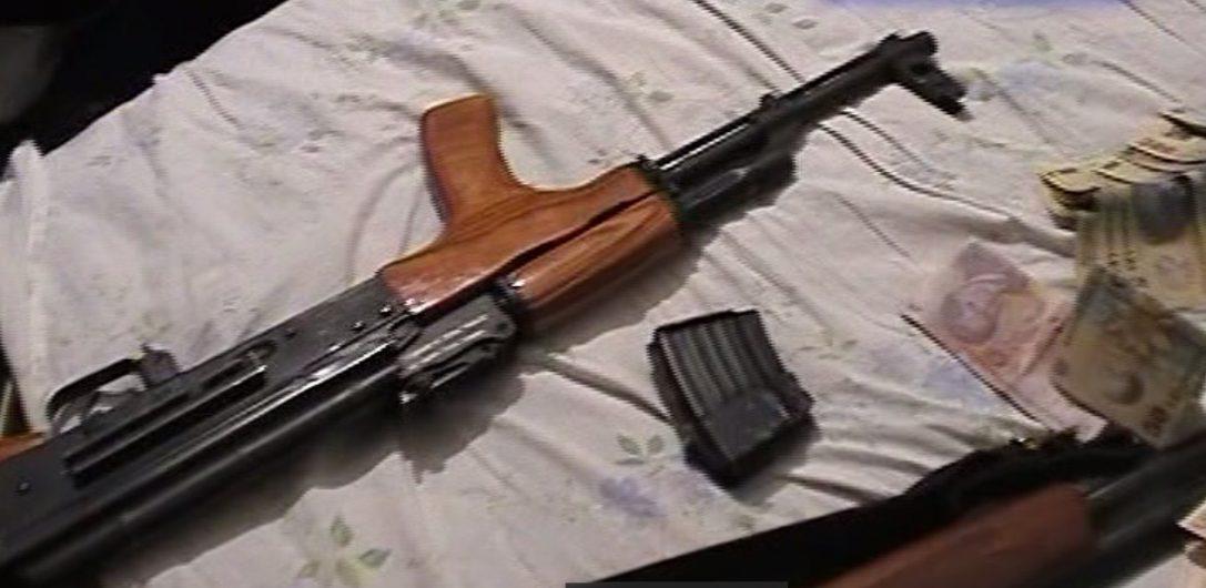 VIDEO/ Cum s-a făcut de râs justiția din România! Imaginile complete ale perchezițiilor DIICOT din Țăndărei, 2010: elicoptere, 120 polițiști, 200 jandarmi, oameni ridicați din pat, bani și AK-47 confiscate. Finalul: toți interlopii au scăpat în primă instanță