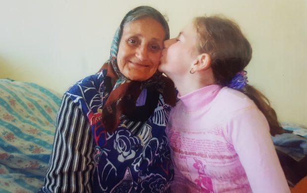 Mădălina, alături de bunica ei