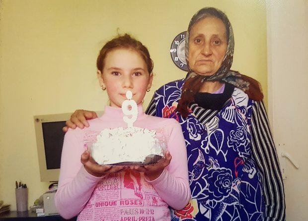 Mădălina și bunica ei, în ziua în care fetița a împlinit 9 ani