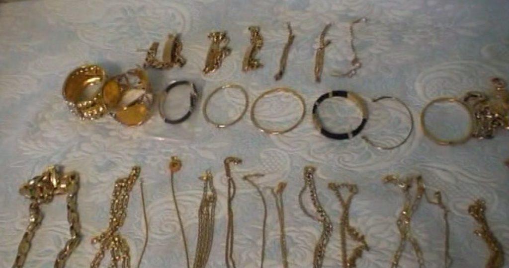 Polițiștii au găsit la Țăndărei mii de bijuterii de aur