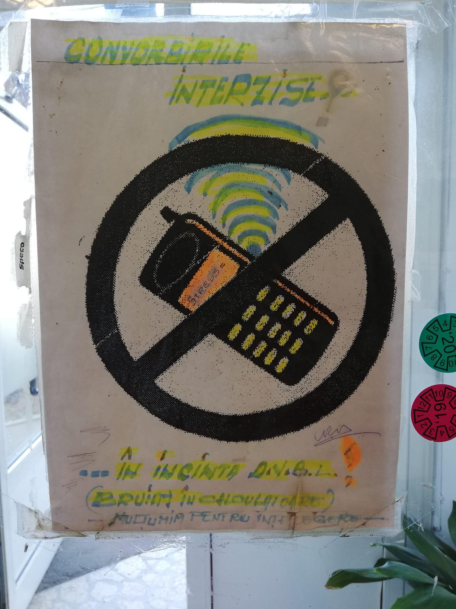 Afiș postat în incinta Direcției Impozite și Taxe Locale Sector 2, potrivit căruia telefoanele mobile bruiază calculatoarele