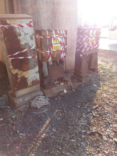 După ce problema a fost semnalată Enel, doi tehnicieni ai ompaniei de electricitate au sigilat temporar cele trei panouri