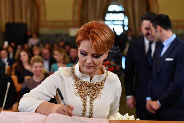 VIDEO/Primele imagini de la cununia civilă. Lia Olguța Vasilescu, îmbrăcată în alb și vizibil emoționată!