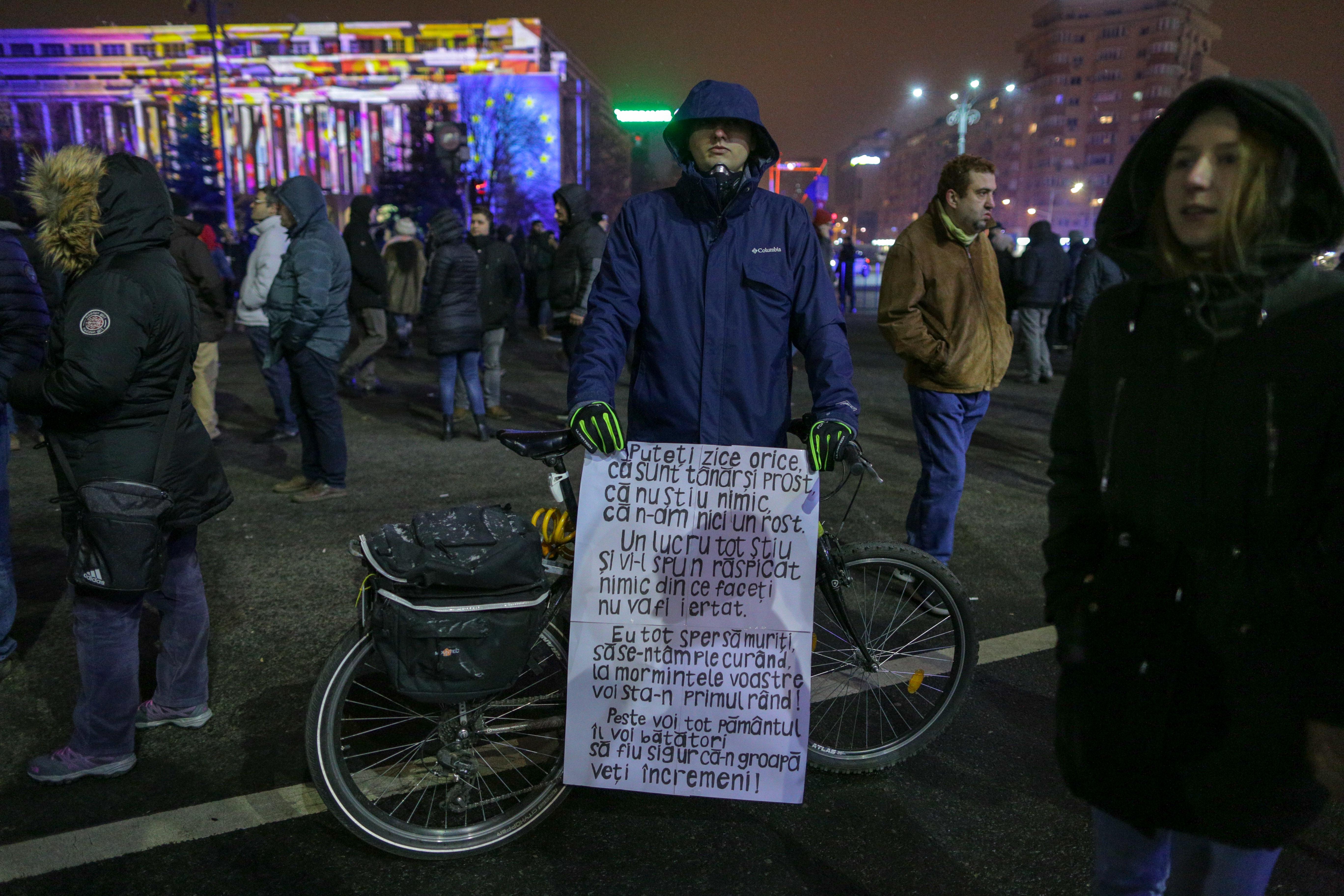 VIDEO/ Proteste în București, în fața Guvernului, și în principalele orașe din țară. Cioloș și Barna, prezenți în Piața Victoriei