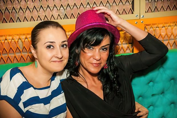 Raluca Bîrsan (stânga), alături de dr. Dragu, într-un club din Capitală
