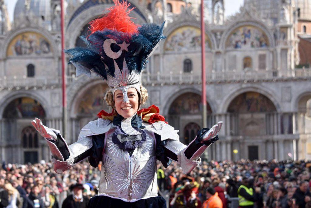 """S-a schimbat una dintre cele mai vechi tradiții ale Carnavalului de la Veneția. Două tinere au făcut """"Zborul îngerului"""""""