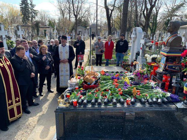 Dragoș Dolănescu i-a făcut parastasul de 10 ani tatălui său. A găsit mormântul plin de flori