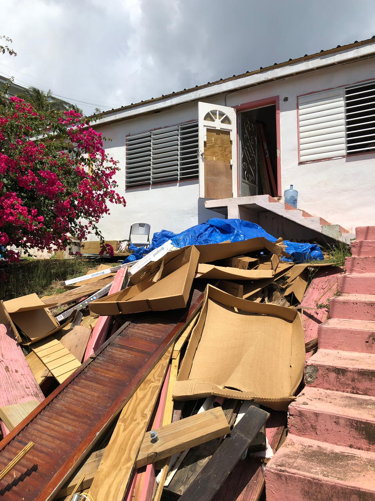 """""""Dorm într-o școală distrusă de uragan"""". Prima parte a jurnalului pe care îl ține în Libertatea Andrei Crețu, românul plecat voluntar să refacă locuințele afectate de uraganele din Caraibe"""