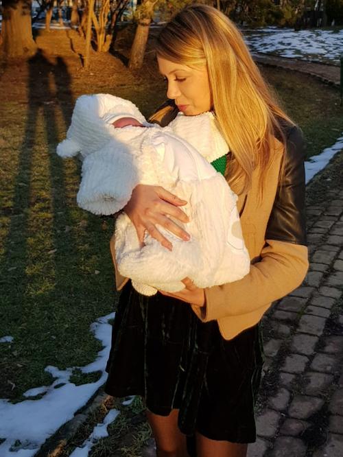Andreea și Cabral i-au făcut cunoștință fiicei lor cu câinii familiei
