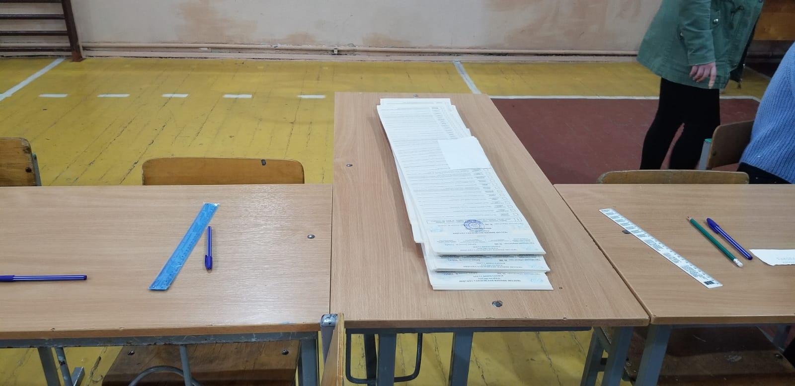 Imaginile zilei vin din Ucraina. Buletine de vot cât un papirus și mese întoarse invers ca să încapă lista cu toți candidații!