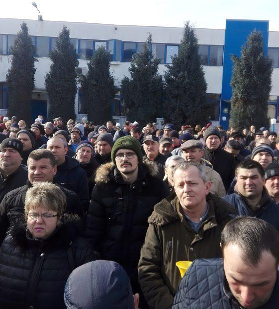 """""""Vestele albastre"""" din Satu Mare. Revolta celor 400 de muncitori care cer 2 lei în plus pe ora de muncă, adică un salariu lunar cu 300 de lei mai mare"""