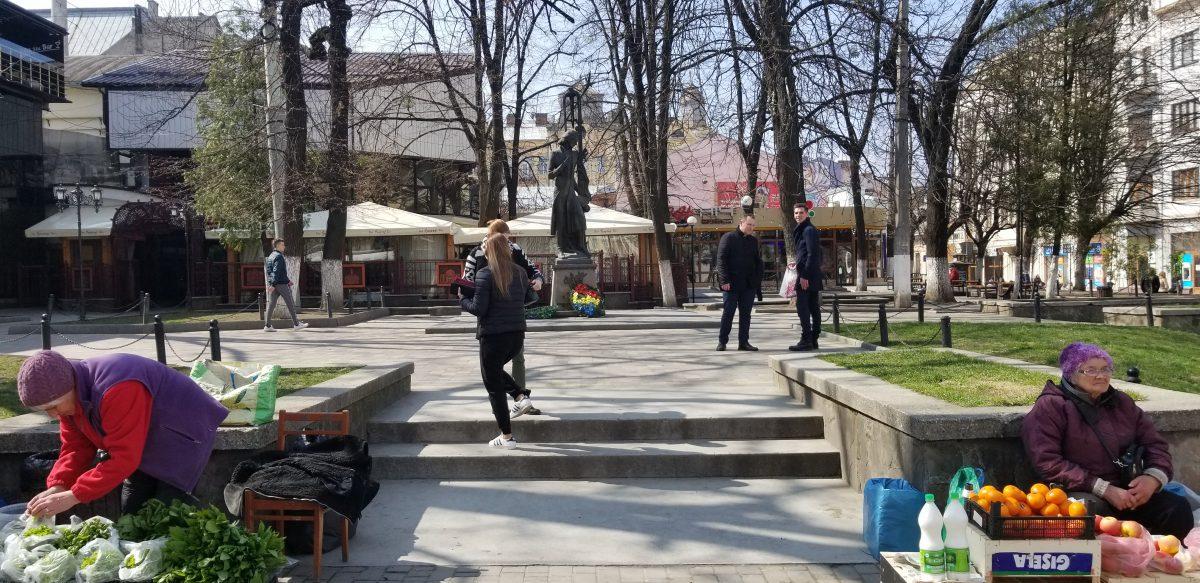 CORESPONDENȚĂ DIN UCRAINA | Babușka la pătrat plus Eminescu. Cum arată Cernăuțiul anului 2019, centrul regiunii în care peste 100.000 de etnici români își votează mâine președintele