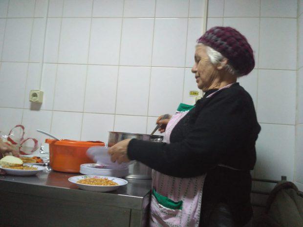"""VIDEO&FOTO/ La 80 de ani, o fostă asistentă gătește săptămânal pentru oamenii străzii. Viața de poveste a unui om simplu, pentru care """"nu pot"""" nu există"""