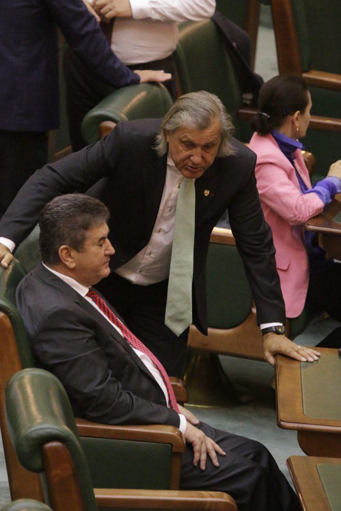 Senatorul Ilie Năstase (în picioare), discutând cu Gabriel Oprea, președintele UNPR, în Parlamentul României FOTO: Niculae Dîrdîiac