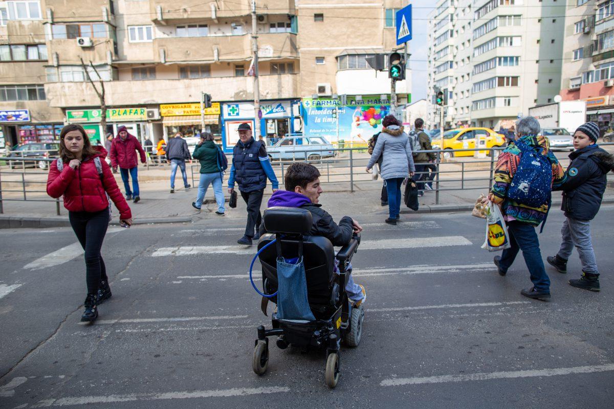 FOTO & VIDEO   Bucureștiul văzut din scaunul cu rotile al unui tânăr de 18 ani. 10 lucruri pe care să ni le amintim când ne plângem că ne e greu să circulăm