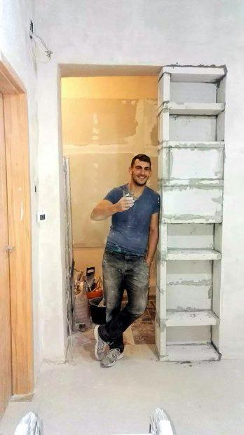 Ca să supraviețuiască, Emil s-a angajat în construcții