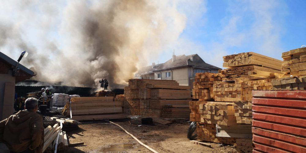 UPDATE. Incendiul izbucnit la depozitul de materiale de construcții din Balotești a fost localizat de pompieri
