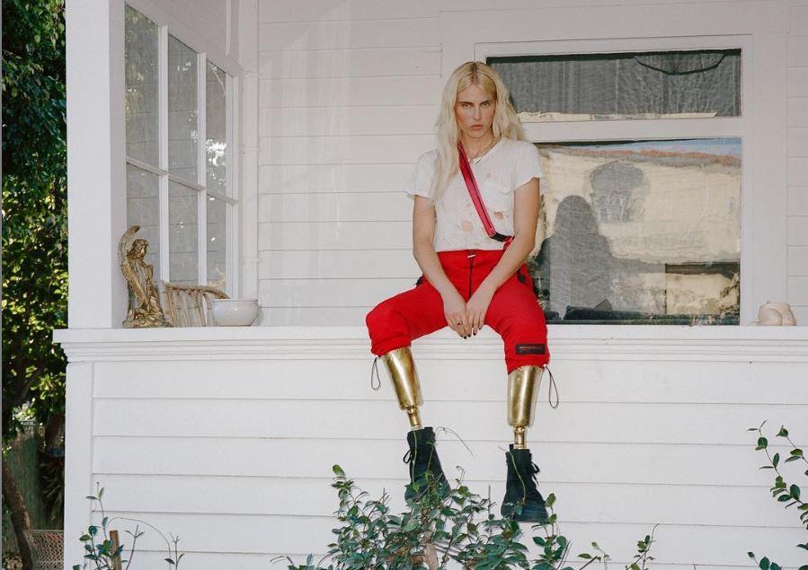 Un model american a rămas fără picioare după ce a folosit un tampon și mai avea doar 1% șanse de supraviețuire. Drama prin care a trecut tânăra