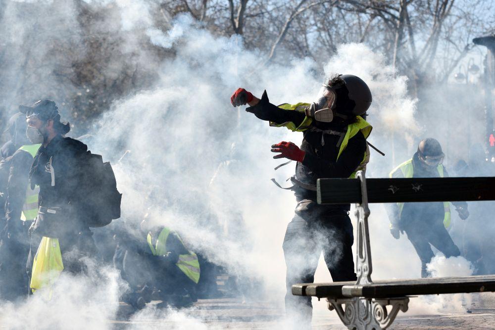 Protest al vestelor galbene la Paris