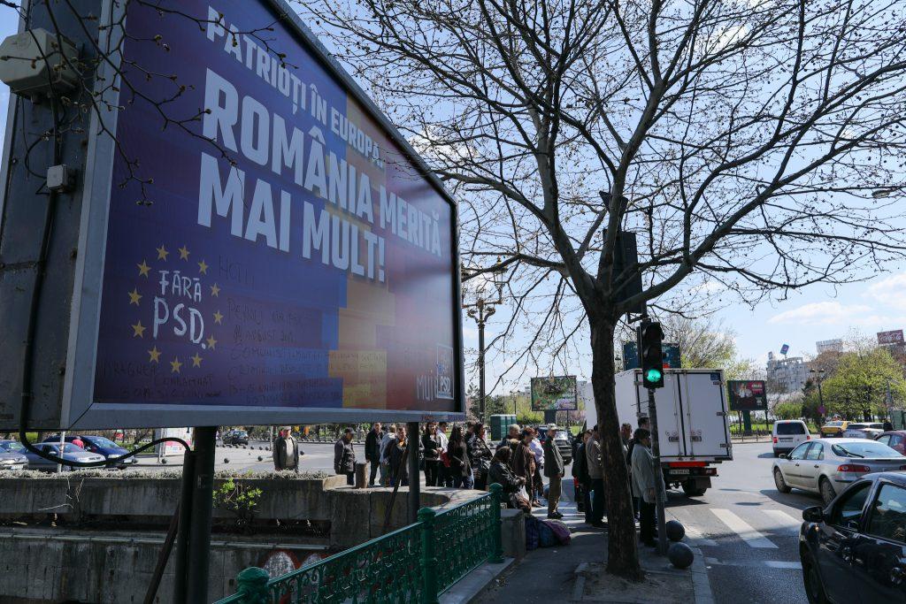 Fotoreportaj printre panouri electorale. Ofertele din inima Bucureștiului: photoshop și corturi goale