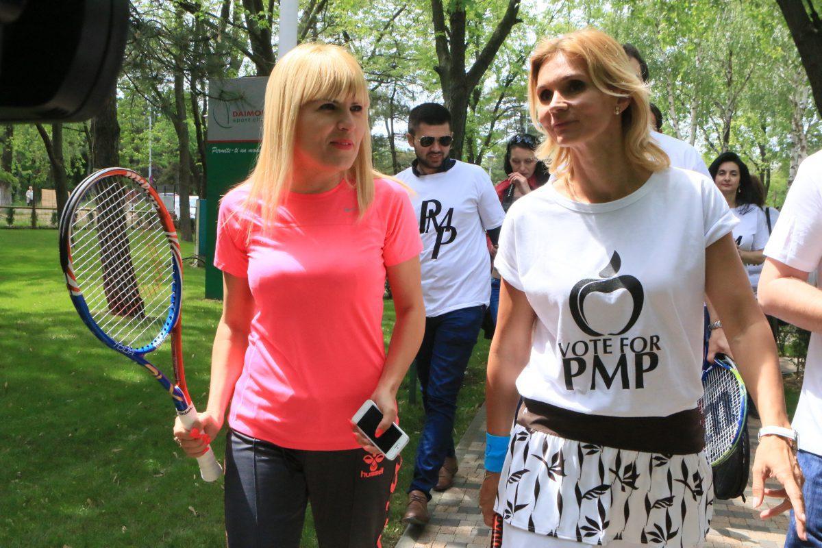 Ruxandra Dragomir (dreapta), însoțind-o la un eveniment pe Elena Udrea FOTO Niculae Dîrdîiac