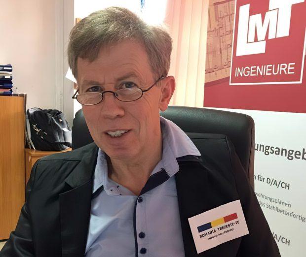 """Germanul Ludger Thol purtând în piept un ecuson cu """"România Trezește-te"""", slogan al mișcării #rezist"""