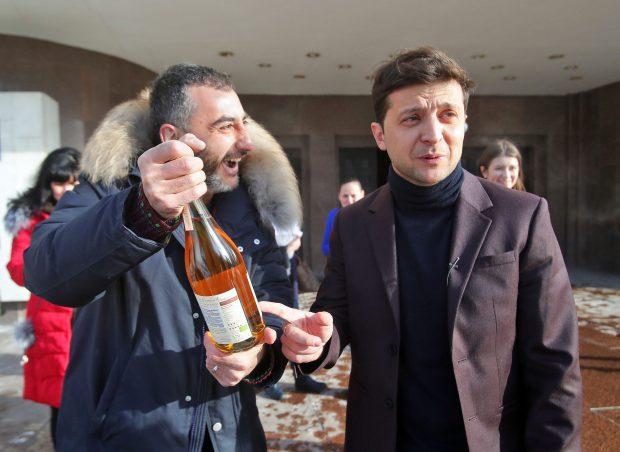 Actorul de comedie Volodimir Zelenski și-a anunțat în perioada Sărbătorilor de Iarnă 2018 candidatura la alegerile prezidențiale din Ucraina și în trei luni a ajuns principalul favorit în cursa electorală.