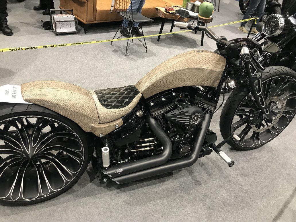"""Un bucureștean a învestit 100.000 de euro într-o motocicletă unicat cu piele de șarpe: """"O bijuterie pe două roți"""""""
