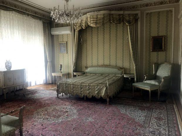 În vizită în casa familiei Ceaușescu. Turiștii se înghesuie să intre în vila impozantă de pe bulevardul Primăverii din București, care are 174 de camere!