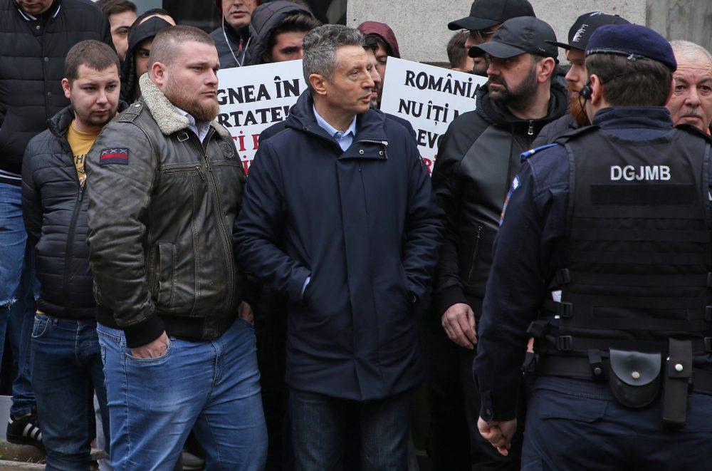Bodyguardul de la Romanian Security Systems (stânga) care îl apără pe Liviu Dragnea la ieșirile publice