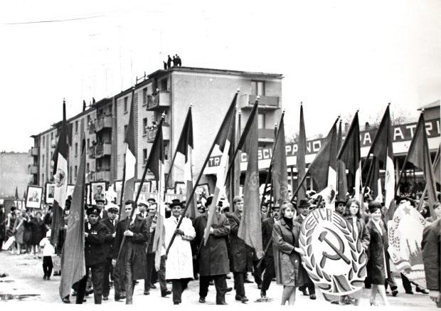 Românii erau obligați să defileze de 1 Mai cu poze imense ale familiei Ceaușescu și cu însemnele Partidului Comunist