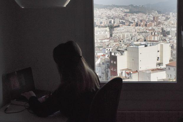"""""""De ce nu mă întorc în România"""". Povestea unei românce plecate de opt ani în Spania care vrea să renunțe la cetățenia română după ce și-a găsit unchiul legat de pat în spital!"""
