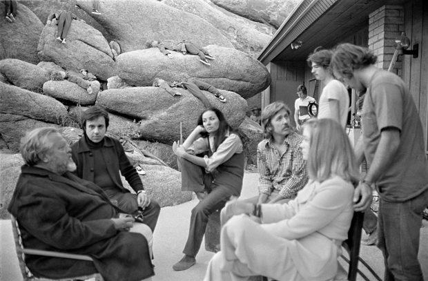 """Orson Welles (stânga imaginii), pe platoul de filmare al filmului """"The Other Side of the Wind"""""""