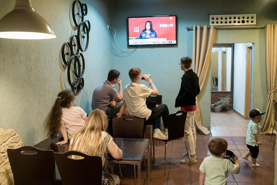 Cum cresc copiii români născuți în diaspora! Părinții ciocnesc ouă, dar tinerii se uită la alegerile generale din Spania și se tem de partidul Vox, de extremă dreapta