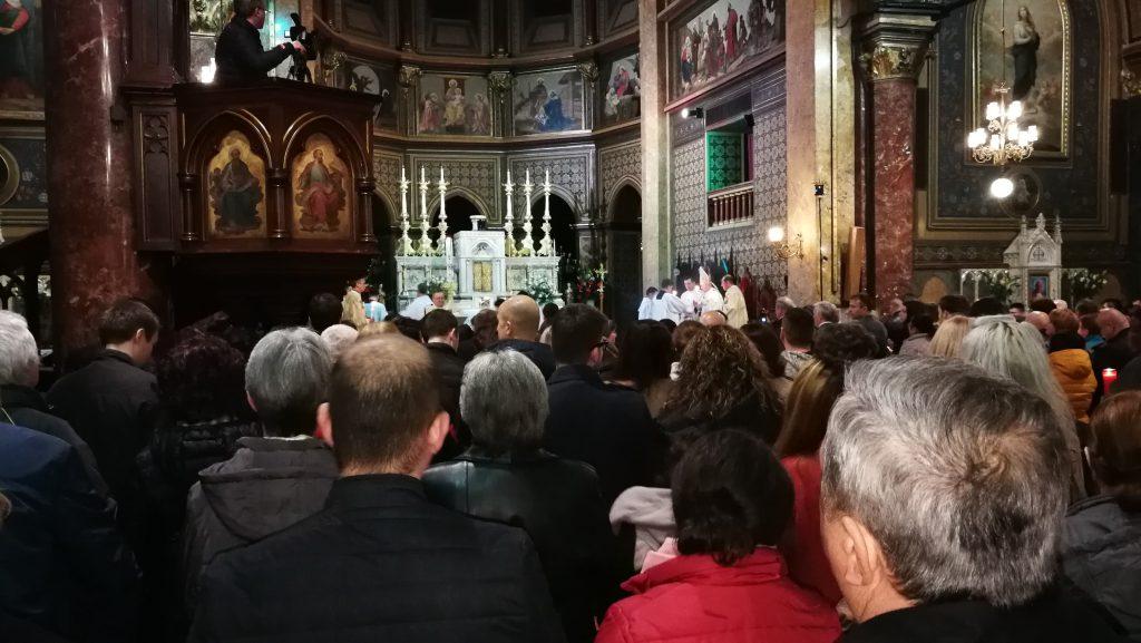 Un milion de români sărbătoresc Paștele Catolic. Credincioșii au participat, sâmbătă noapte, la Slujba de Înviere