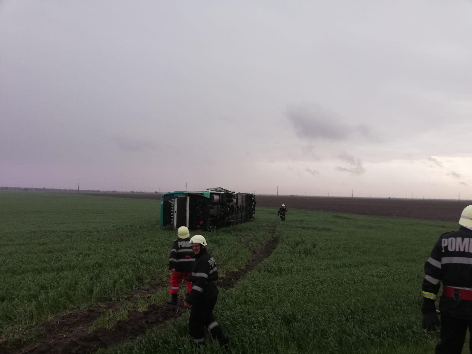 VIDEO: Tornadă în localitatea Drajna, județul Călărași. Cel puțin 10 case au rămas fără acoperiș. Autocar cu 39 de pasageri răsturnat din cauza vântului