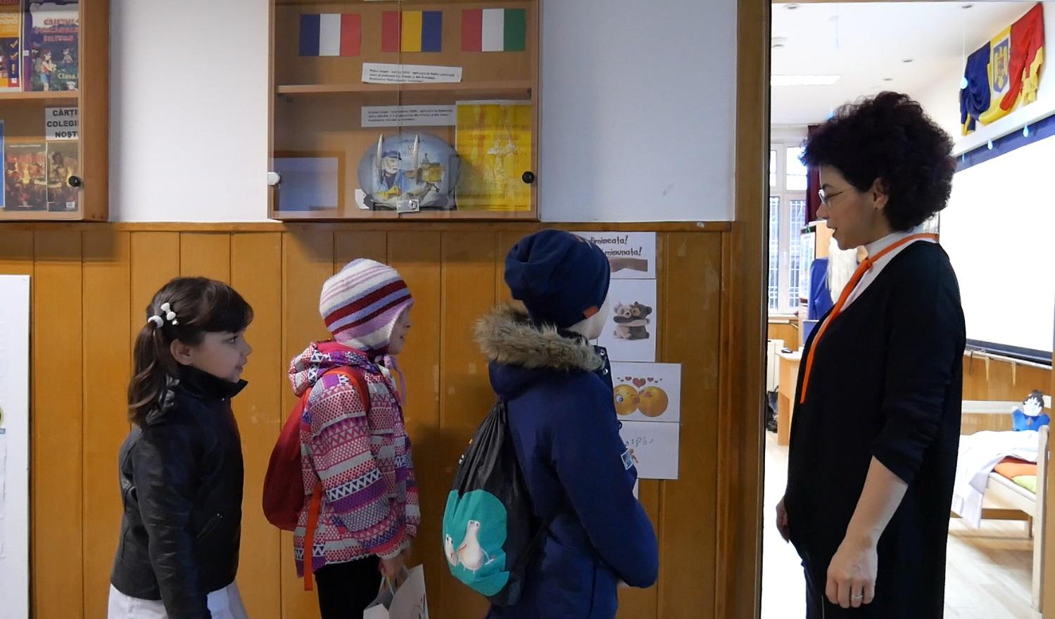 Consuela Colțan, învățătoarea altfel. Copii aliniați în fața clasei