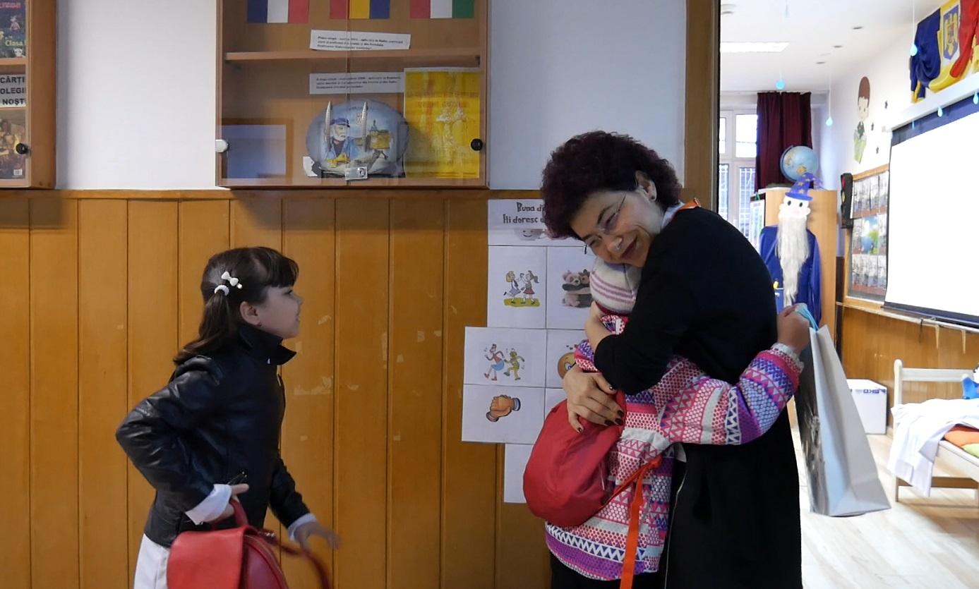 Consuela Colțan, învățătoarea altfel. Consuela Coltan îmbrățisând un elev