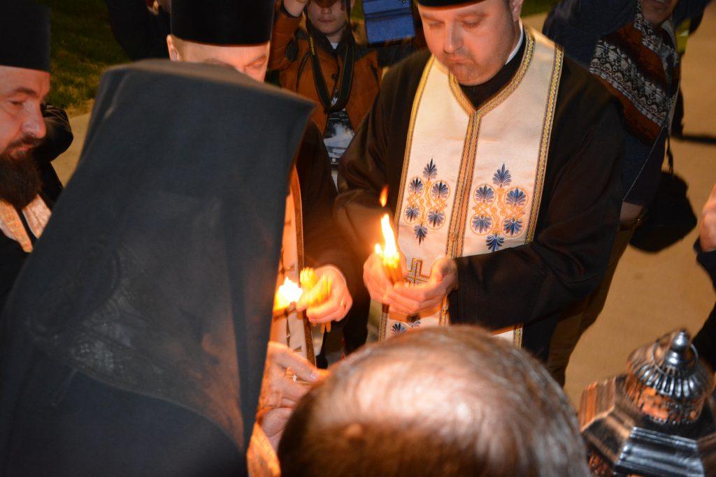 Lumina Sfântă, adusă pe Aeroportul Suceava şi preluată de preoți pentru a fi distribuită în mănăstiri și biserici din Suceava, Botoşani, Neamț şi Ucraina