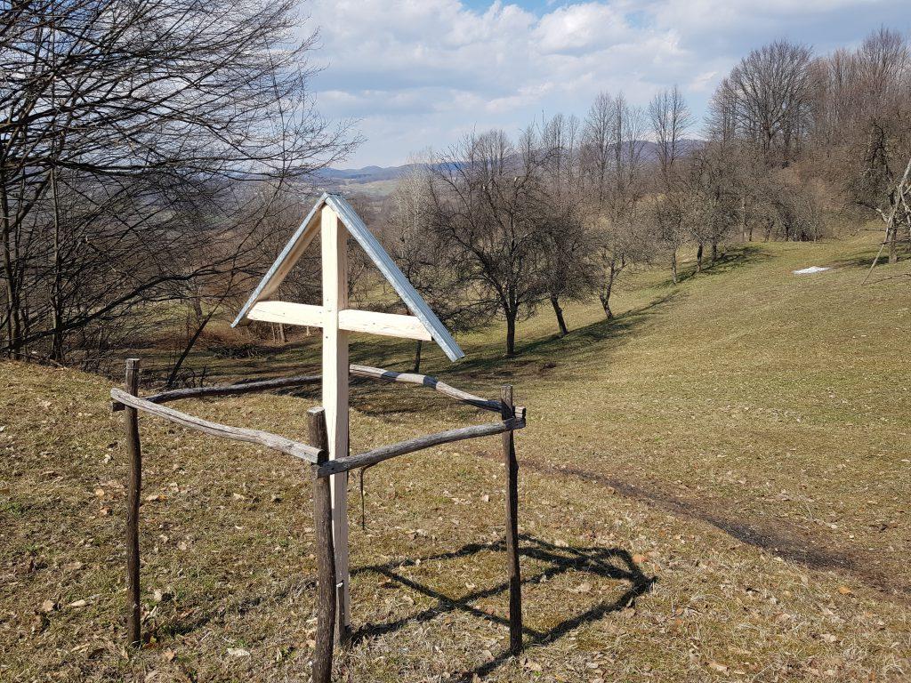 La marginea curţii lui nemărginite de vreun gard, Ion a ridicat o cruce de lemn.