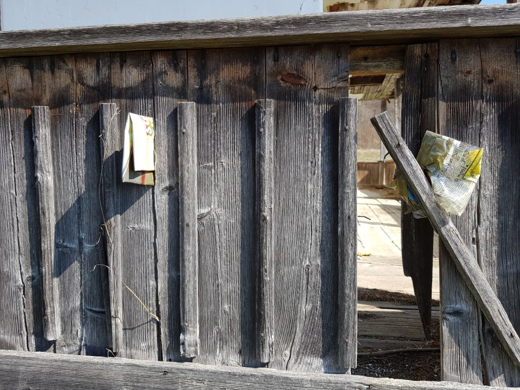 Şipcile din gard au fost cioplite manual, cu barda, acum o sută de ani.