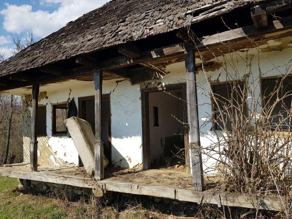 Aici a locuit cândva familia lui Pătru Ion. În interior au mai rămas câteva bucăţi dintr-un cadru de pat.